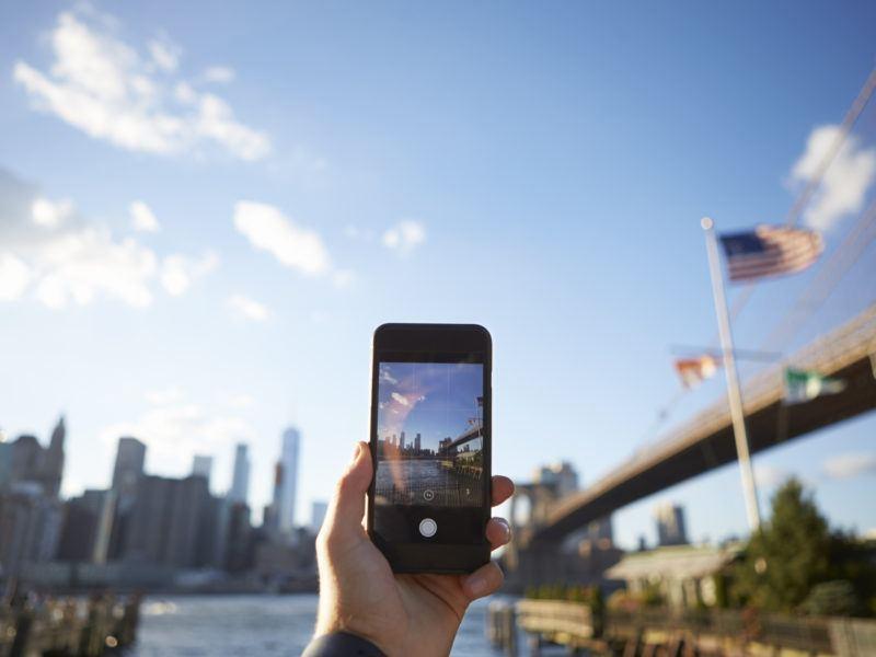 Guía para viajar al extranjero: Turista sacando foto de Manhattan con el móvil