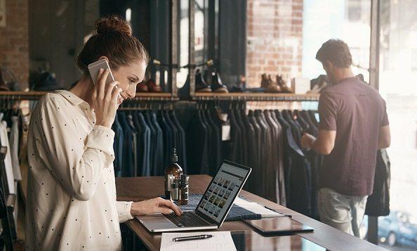 Pareja de jóvenes buscando un local comercial adecuado para su negoco