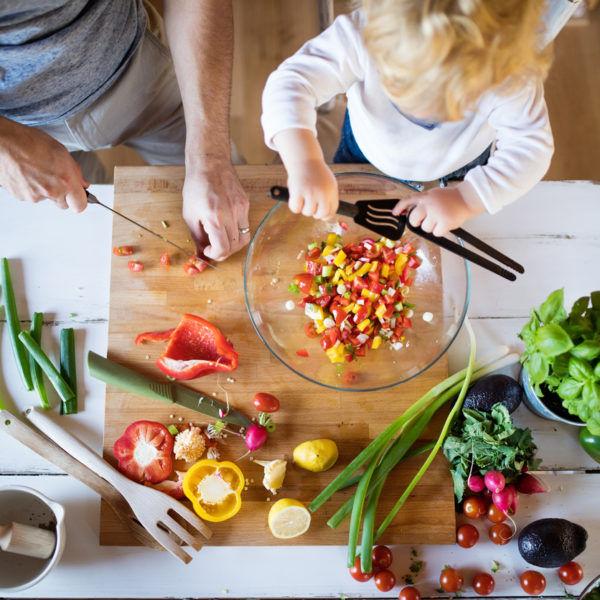Padre e hijo cocinando su menú semanal