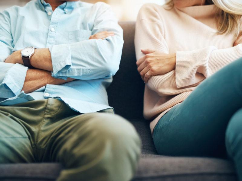 Pareja en trámites de divorcio. ¿Qué pasa con las cuentas bancarias?